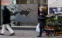 Adhesivos en un comerciosde Berlín que recuerdan la Noche de los Cristales Rotos