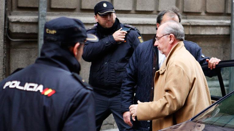 Afectados por preferentes de Bankia increpan a Rato a su llegada a la  Audiencia Nacional