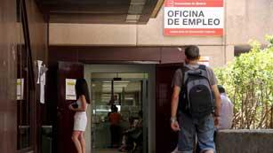 Ver vídeo  'Los afectados por el retraso de los 400 euros empiezan a cobrar, según el Ministerio de Empleo'