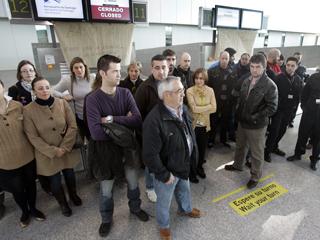 Ver vídeo  'Los afectados de Spanair intentan recolocarse en otros vuelos'