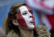 Una aficionada del Atlético, con la cara pintada en los aledaños del Bernabéu
