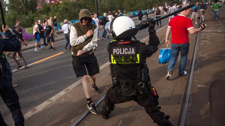 Francia: Liberan a 11 aficionados rusos detenidos tras