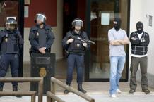 Agentes de la Policía Nacional vigilan la entrada a la sede del sindicato LAB de San Sebastián, donde al menos ocho personas han sido detenidas acusadas de formar la nueva dirección de la izquierda abertzale.