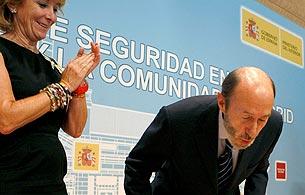 Ver vídeo  'Aguirre canta el cumpleaños feliz a Rubalcaba'