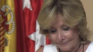 """Ver vídeo  'Aguirre se emociona al anunciar la """"dura decisión"""" de dimitir como presidenta de la Comunidad de Madrid'"""