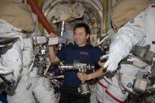 Aki Hoshide preparando los trajes y herramientas necesarias para el paseo espacial