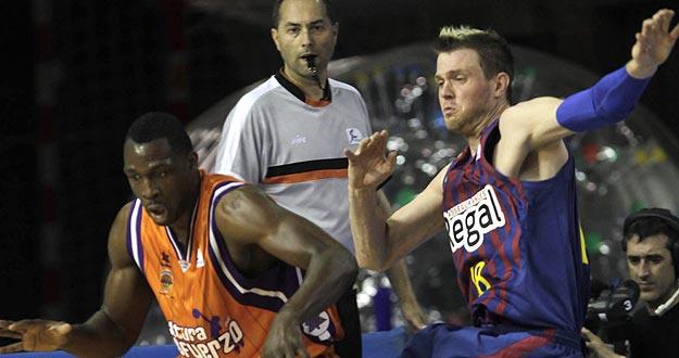 El ala-pívot estadounidense del Barcelona Regal Judson Wallace (d) intenta robar un balón al jugador del Valencia Basket Florent Pietrus en el segundo encuentro de las semifinales.