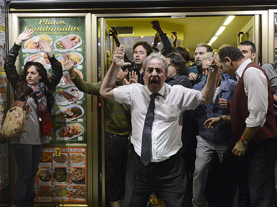 Alberto Casillas, un camarero de una cafetería del paseo del Prado, se convirtió en protagonistas de la manifestación del 25 de septiembre, Rodea el Congreso, al refugiar en su local a manifestantes de las cargas policiales.