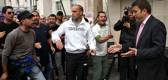 El alcalde de Ponferrada, Carlos López Riesco, ante el piquete de mineros