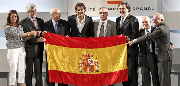Alejandro Blanco, presidente del COE, junto a Nadal en el acto de entrega de la bandera española