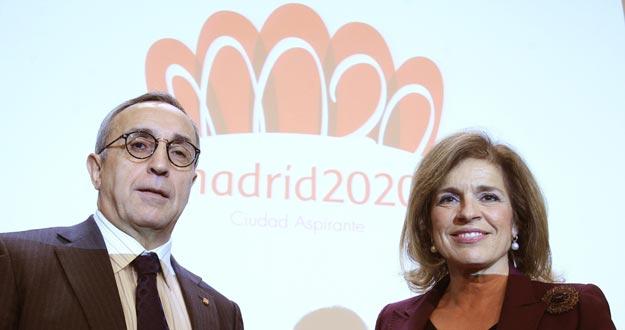 Alejandro Blanco (i), presidente del Comité Olímpico Español y de la oficina Madrid 2020, y Ana Botella, alcaldesa de Madrid, con el logotipo de la candidatura.