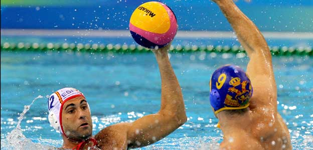 Aleksander Ivovic bloquea la jugada del jugador español Javier García.
