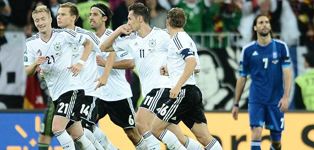 Alemania celebra el gol de Klose.