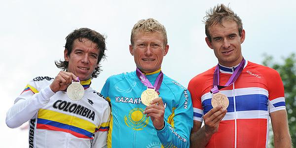 Alexandre Vinokourov escoltado por Rigoberto Uran y Alexander Kristoff en el podio de Londres.