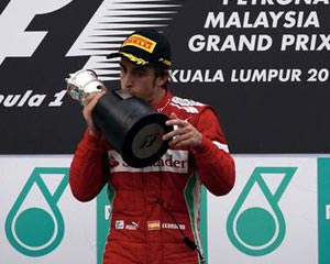Alonso impone su dominio bajo la lluvia de Malasia