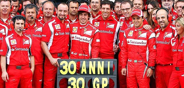 Alonso recibe las felicitaciones de todo el equipo Ferrari por su 30 cumpleaños