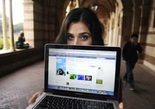 Alyssa Ravasio, una joven estadounidense que cambió MySpace y Twitter por Facebook muestra su perfil social.