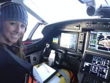 Amelia Rose Earhart en la cabina de su Pilatus PC-12