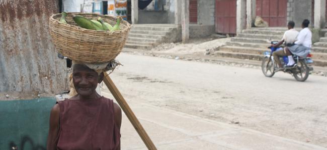 Anciana en la plaza central de Léogane, Haití.