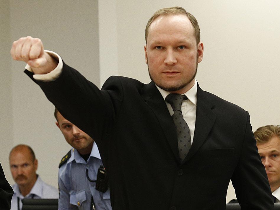 Anders Breivik, el asesino confeso de la matanza de la isla de Utoya, en Noruega, se levantó durante su juicio y alzó el brazo en un gesto desafiante que acaparó las portadas de la prensa internacional.