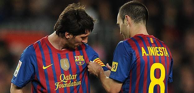 Andrés Iniesta da a Leo Messi el brazalete de capitán del Barça al ser sustituido en el partido ante el Málaga.
