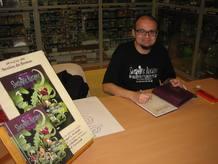 Ángel A. Svoboda frimando ejemplares de su cómic