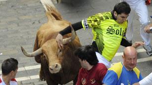 Ver vídeo  'El animal rojizo casi cornea el brazo a un mozo de verde'