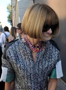 Anna Winter llegando a un desfile con sus gafas de sol