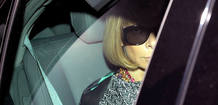 Anna Wintour oculta tras sus gafas negras