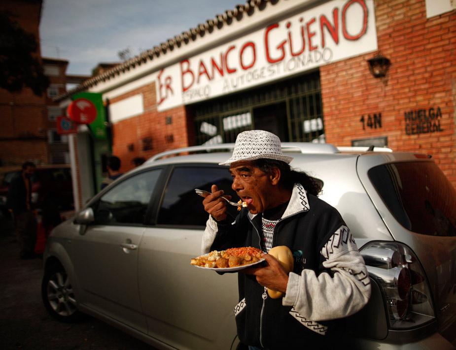 En el año en el que se ha creado el 'banco malo', los comedores sociales en España se han visto desbordados. Juan Carmona, un parado de 60 años, es el protagonista de esta foto tomada en 'Er banco gueno', en Málaga. REUTERS/Jon Nazca
