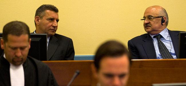 Ante Gotovina (izda) habla con Ivan Cermak durante el juicio en el Tribunal Penal Internacional en La Haya
