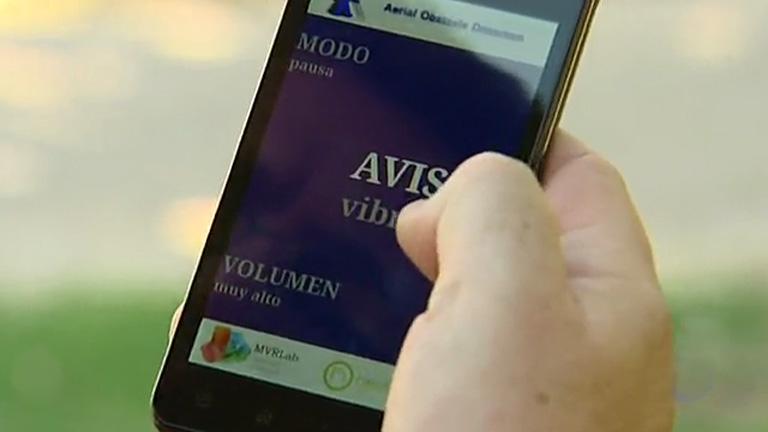 Una aplicación móvil y un bastón electrónico avisan a las personas ciegas de la presencia de objetos