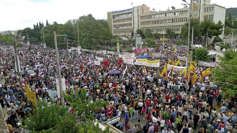 Apoyo multitudinario de los griegos a su radiotelevisión pública