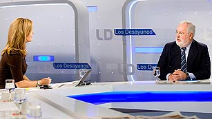 Ver vídeo  'Arias Cañete, en Los Desayunos de TVE, defiende la actuación del Gobierno en el Prestige'