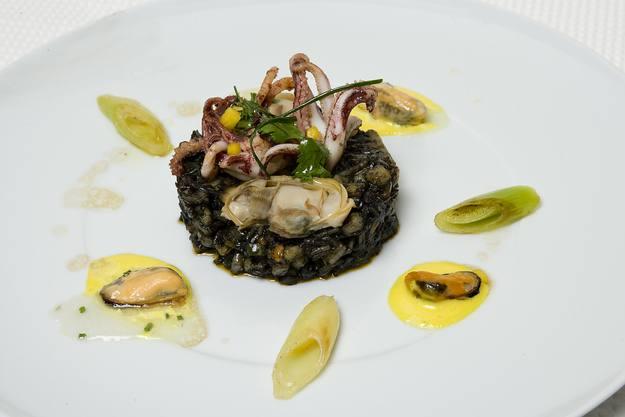 Arroz basmati negro con calamares y mahonesa de curry