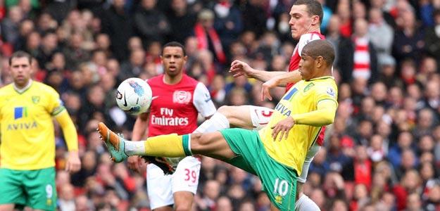 Thomas Vermaelen (2d), del Arsenal, lucha por el balón con Simeon Jackson (d), del Norwich City