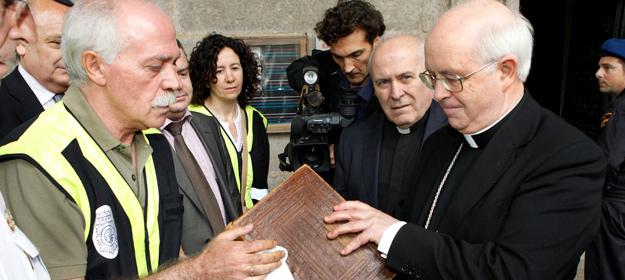 El arzobispo de Santiago de Compostela, Julián Barrio, comprueba el estado en el que se encuentra el Códice Calixtino.