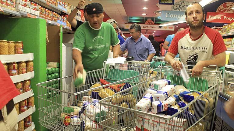 Asalto a dos supermercados: se llevan comida para un comedor social