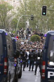 Un millar de personas se ha congregado ante un Congreso blindado por la Policía