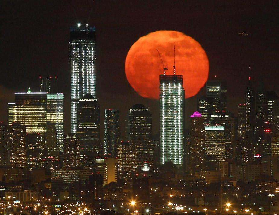 As&iacute; de espectacular se ve&iacute;a desde Nueva Jersey la luna llena de mayo, que se elev&oacute; sobre el 'skyline' de Manhattan y el antiguo World Trade Center. REUTERS/Gary Hershorn