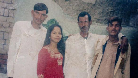 Asia Bibi (izquierda) junto a su familia
