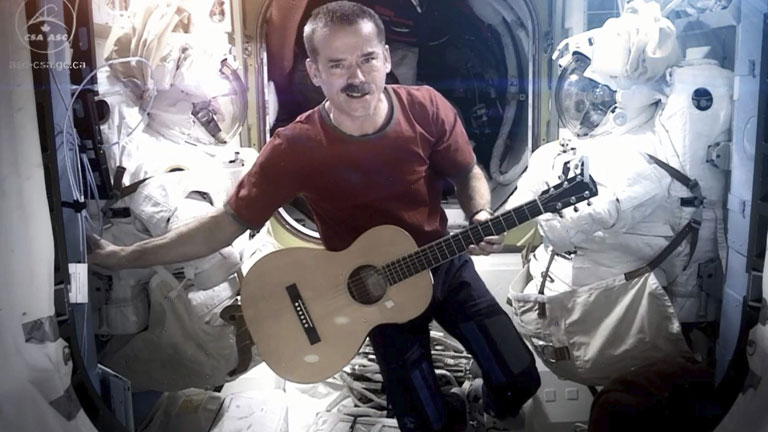 "El astronauta Chris Hadfield se despide de la Estación Internacional con ""Space Oddity"""