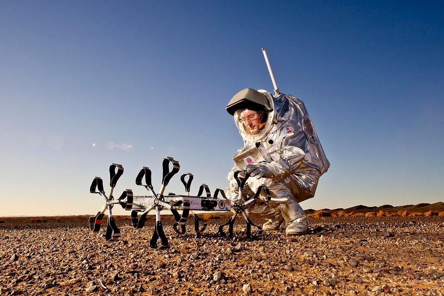 Astronautas y robots marcianos simulados