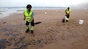 Ver vídeo  'En Asturias, media docena de playas están cerradas por un vertido de fuel'