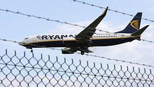 Ver vídeo  'Aterrizaje de emergencia en El Prat de un avión de Ryanair que iba a Reus'