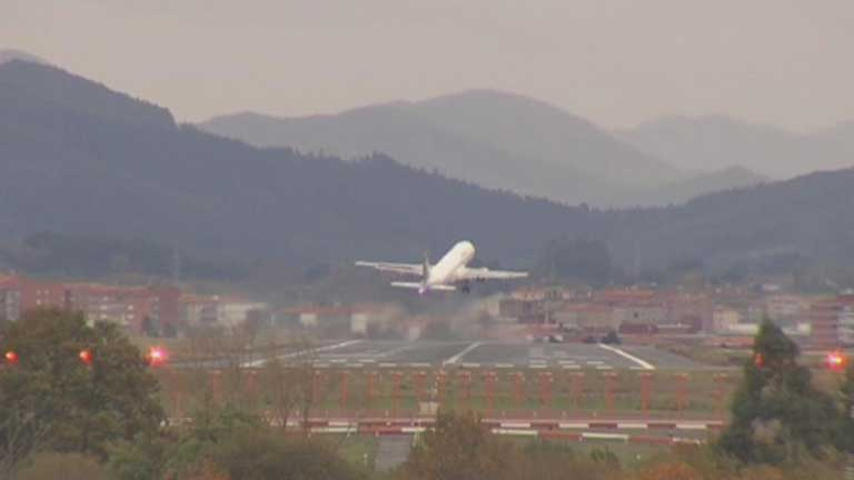 Dos vuelos que debían aterrizar en Bilbao, desviados a Santander por el fuerte viento