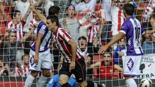 El delantero del Athletic Aritz Aduriz (c) celebra su gol, el primero de su equipo, frente al Real Valladolid