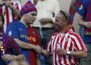 Aficionados del FC Barcelona y del Athletic Club se saludan en el estadio Vicente Calderón de Madrid.