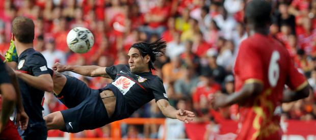 El jugador del Atlético Madrid Radamel Falcao marca de chilena ante América.