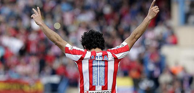 El centrocampista turco del Atlético de Madrid Arda Turan celebra su primer gol.